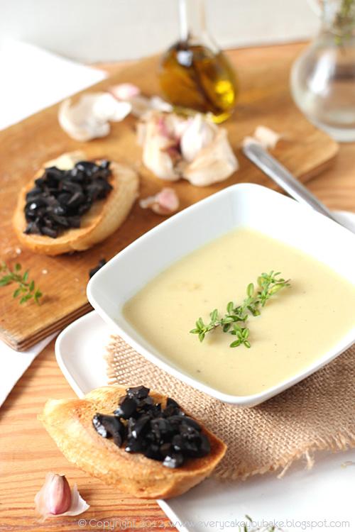 kremowa zupa czosnkowa z grzankami crostini z oliwkami