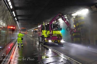 . . . die Tunnelwand mittels Bürsten. Anschliessend wird . . .