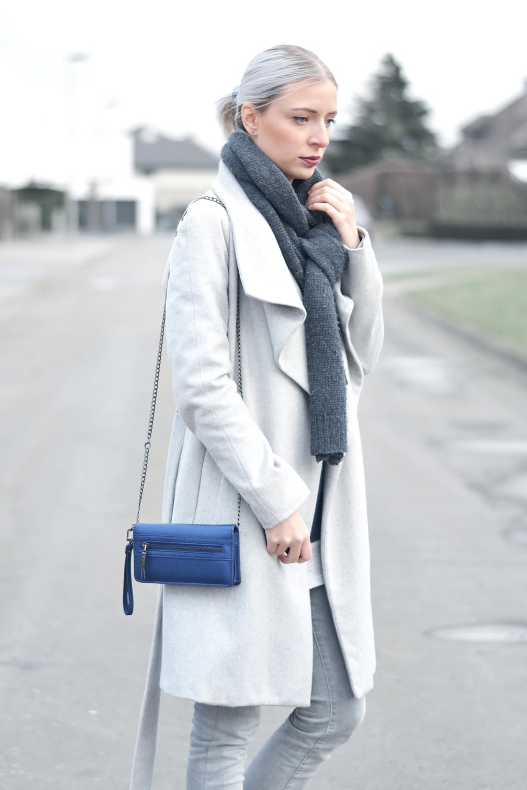 Mango grey coat, cheap monday scarf, blue sweater primark, zara grey slip on, celine slip on, monochrome outfit, trend, inspiration, ootd, belgian fashion blogger, belgische mode blogger