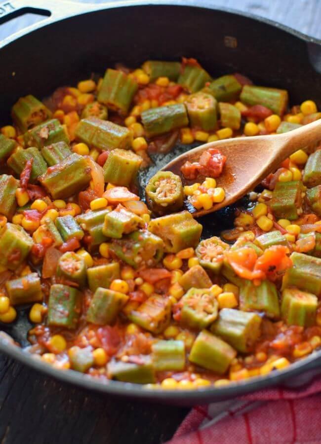 Quimbombó guisado con cebolla, tomates, ajo, maíz y especias, como plato acompañante