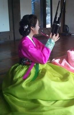 Gamin playing the saengwhang