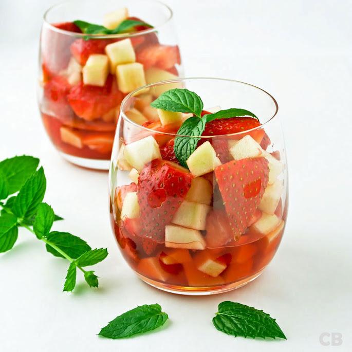 Dronken aardbeien-appelsalade: met bosaardbeitjeslikeur