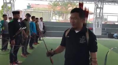 Aksi Heroik Aa Gym Memimpin Barisan Pasukan Panah, Bikin Merinding!