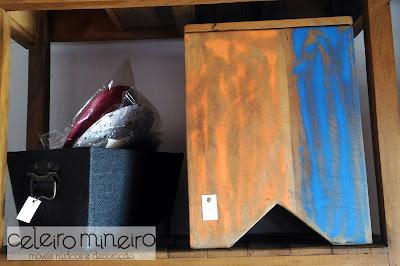 puffe cubo em madeira de demolição com descascado em azul e laranja