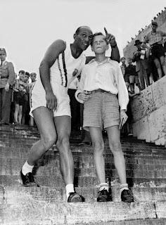 Jesse Owens en la visita al Olympiastadion de Berlín.