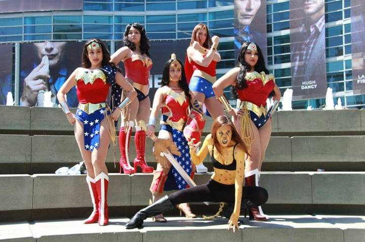 set de chicas cosplay disfrazadas de Wonder Woman, Ivy Doomkitty entre ellas.