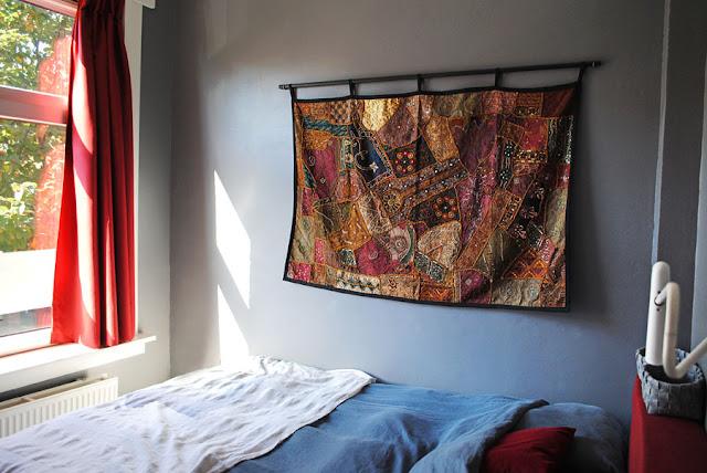 Wandkleed van Marktplaats aan de grijze muur van mijn slaapkamer.