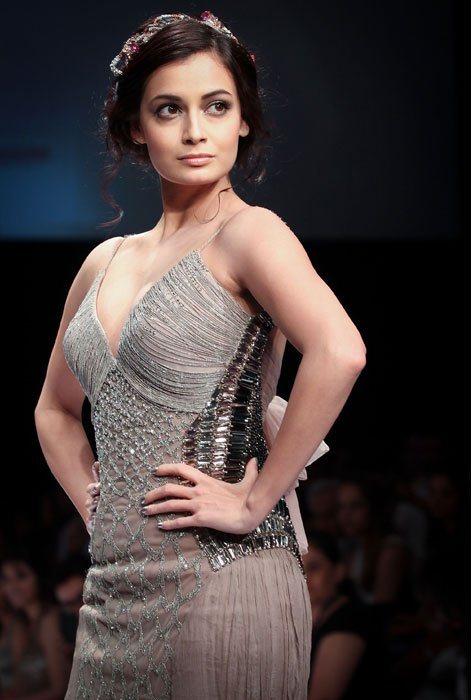 Fairytale Princess Dia Mirza Ramp Walk Sexy Back Show Hq -6376