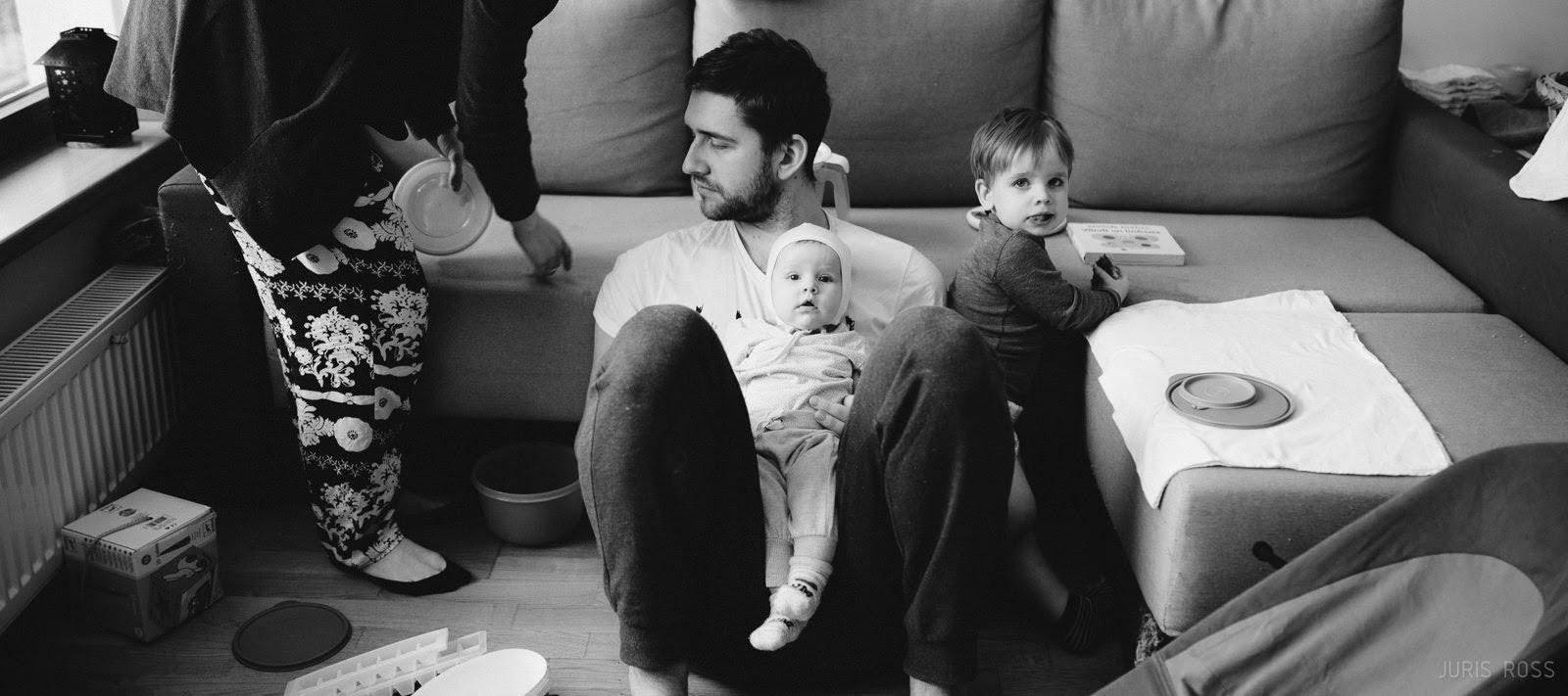 īsta ģimenes dokumentāla fotosesija mājās