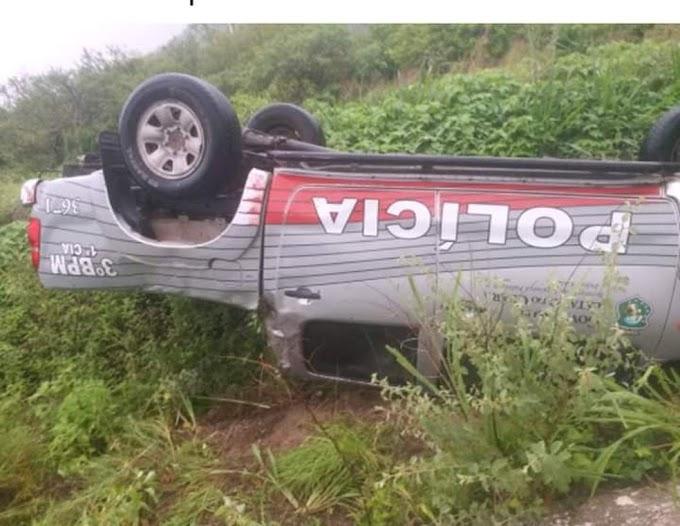 Carro da Polícia Militar fica com as rodas para cima após capotagem no interior do Ceará