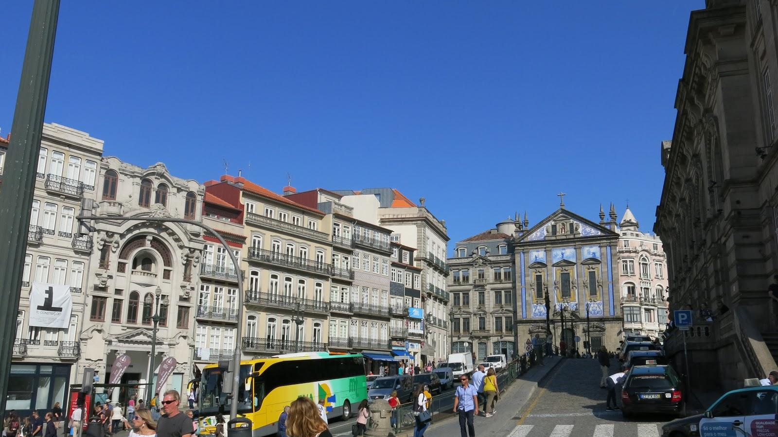 b90d1c72f Agora, experimente os imperdíveis pastéis de nata da NATA Lisboa (R. das  Flores 291). Logo depois, conheça a Porto In a Bottle (R. das Flores 263),  ...