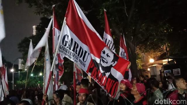 Nyanyi Lagu #2019GantiPresiden, Pendukung Prabowo-Sandi Tiba di KPU