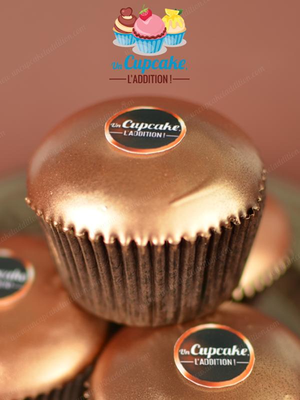Cupcakes façon Ferrero RondNoir® : pour les amateurs de chocolat noir, gâteau au chocolat noir, fourrage crème au chocolat noir et pépites de chocolat noir, couverture craquante de chocolat noir.