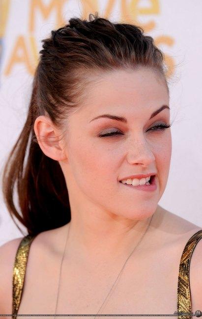Kristen Lip Kit Matte Liquid Lipstick: Celebrity Stars: Kristen Stewart Bites Her Lip