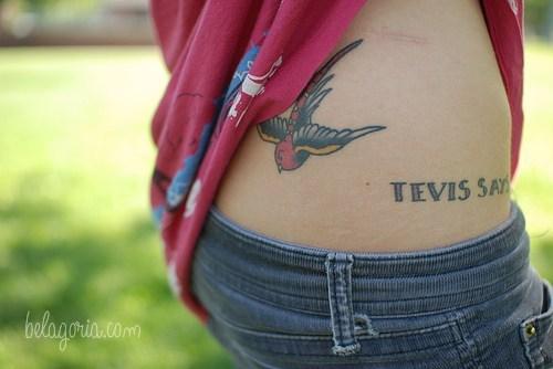 vemos la cadera de una mujer con un tatuaje de golondrina