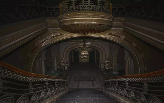 Inside the casino full of hauntingly abandoned in Romania pic 8
