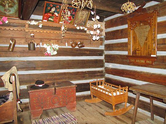 Wnętrze kurnej chałupy z Małej Sidzinki z 1807 roku.