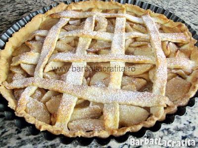 Tarta cu mere pudrata cu zahar in forma (imaginea retetei)