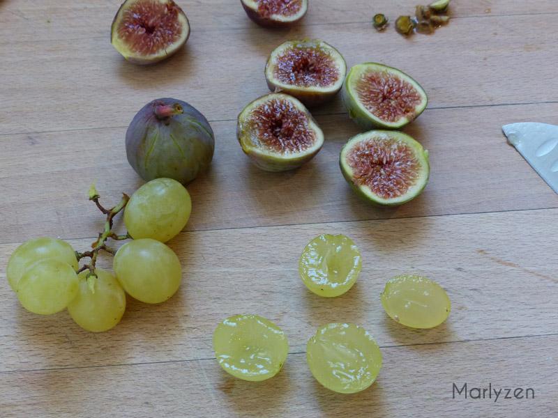 Coupez les figues et raisins en deux.