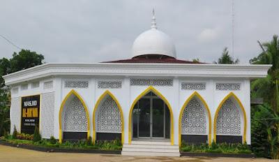 krawangan masjid / krawangan motif geometris Islami pada sebuah masjid