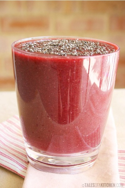 Cleansing and Energising Red Smoothie.  Bahan: apel, pisang, bit, kayu manis, jahe, lemon, bayam