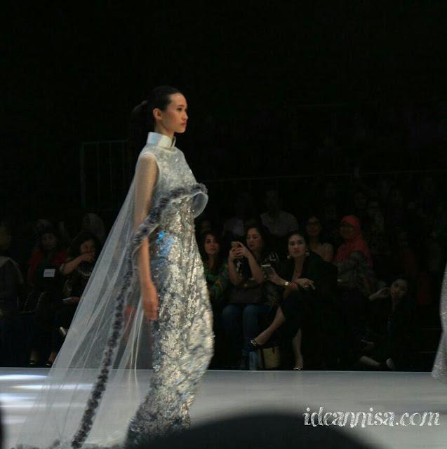 bahan gaun pengantin saat jadi ratu sehari.