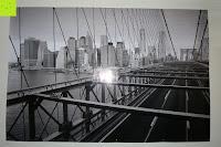 mit Blitz: Poster NEW YORK - Schönes Manhattan Wandbild der Brooklyn Bridge in schwarz weiß - Hochauflösender Manhattan Skyline Kunstdruck im Format 120x80 cm