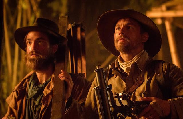 Robert Pattinson y Charlie Hunnam en una escena de la película