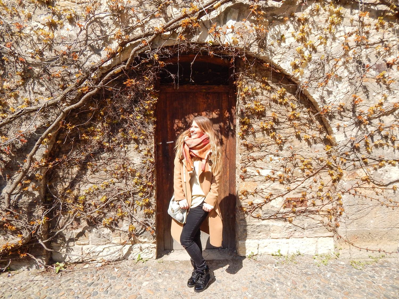 6 pocztówka z pragi ciekawe miejsca do zobaczenia w pradze majówka w pradze atrakcje stolica czech zamek na hradczanach Pražský hrad manzana lookbook fashoon karmelowy trench stylizacja podroze travel