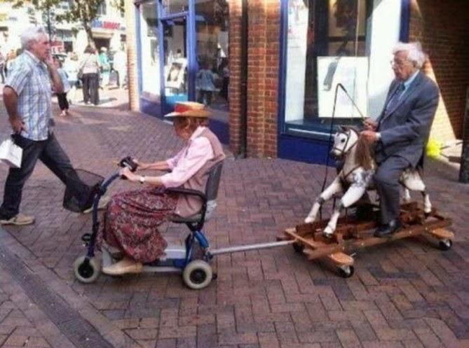 La abuela remolcando al abuelo, parece que su caballo de carrusel se descompuso.