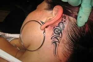 Tatuaje dupa ureche sau in spatele urechii .