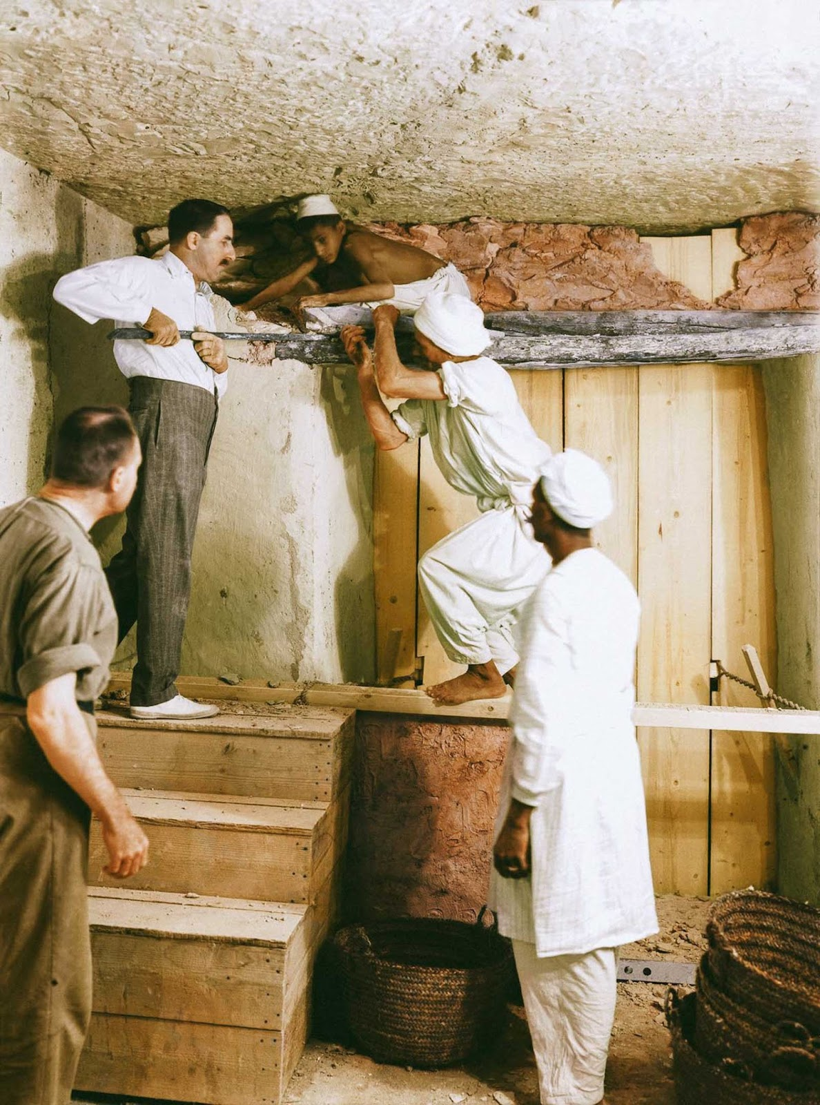 Carter, Callende, and two workers remove the partition wall between the antechamber and the burial chamber.