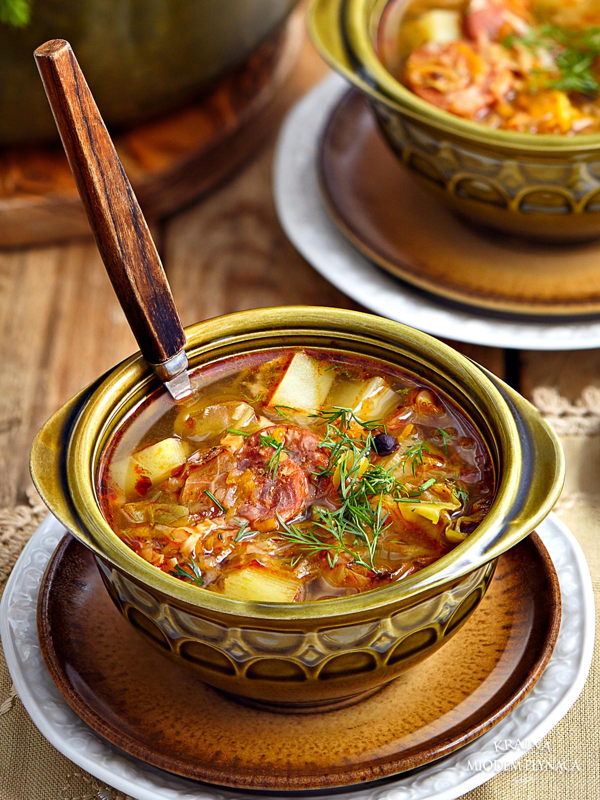 zupa z młodej kapusty z kiełbaską, zupa z młodą kapustą, młoda kapusta, zupa z kiełbasą, zupa warzywna z kiełbasą, kraina miodem płynąca