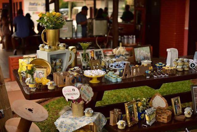 chá bar, noivos felizes, chá de panela, decoração diy, mesa do bolo, decoração amarela e azul, chá bar, rústico