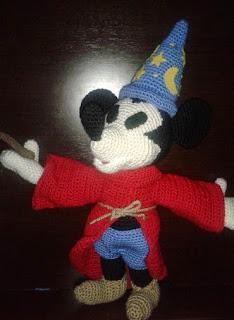 http://www.patronesamigurumi.org/patrones-gratuitos/personajes/mickey-mouse-fantasa/
