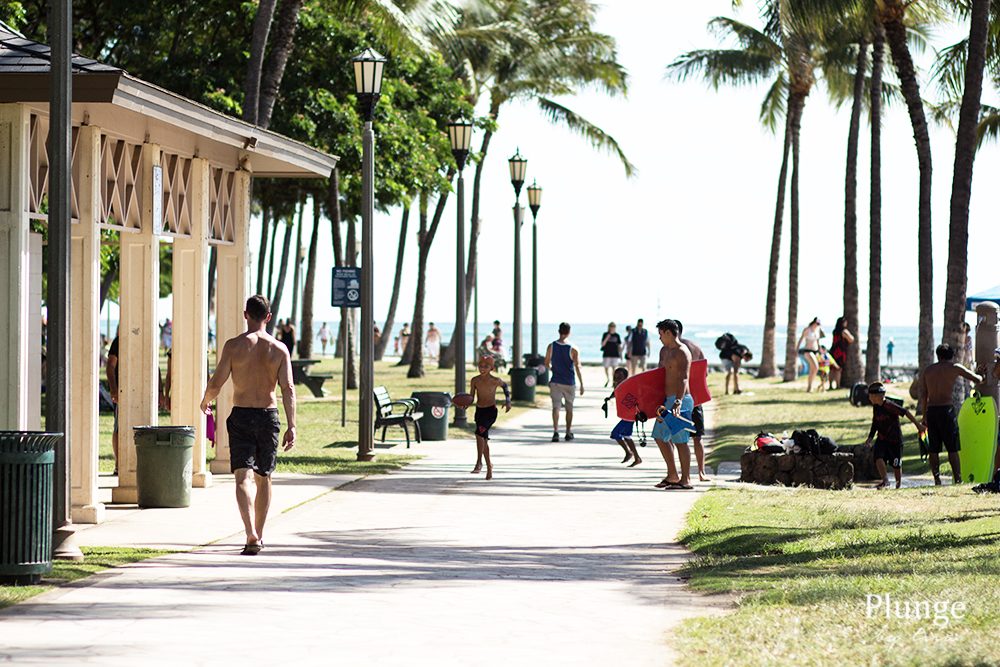 People on Waikiki beach boulevard