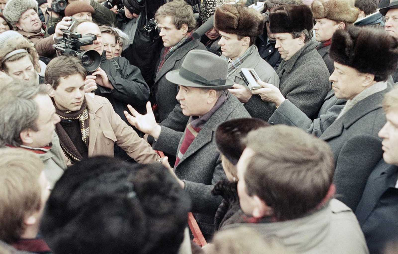 Soviet President Mikhail Gorbachev, center, in animated conversation with residents of Vilnius, Lithuania, on Thursday, January 11, 1990. Gorbachev was in the Lithuanian capital to press for reversal of the local communist party's decision to split from Moscow and to slow the republic's drive for complete independence.