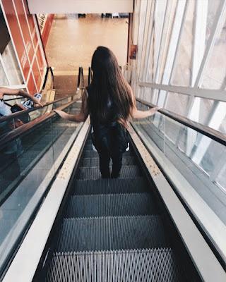 pose en escalera eléctrica de espaldas tumblr