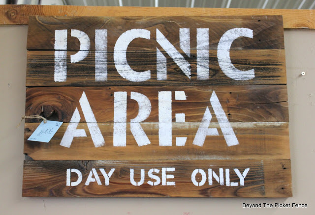 picnic sign, reclaimed wood, vintage sign, paint, stain, http://bec4-beyondthepicketfence.blogspot.com/2016/06/picnic-time.html
