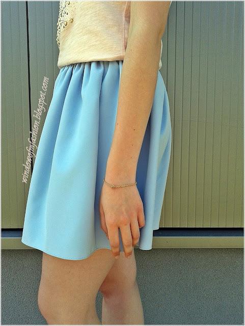 Niebieska spódniczka, złota bransoletka