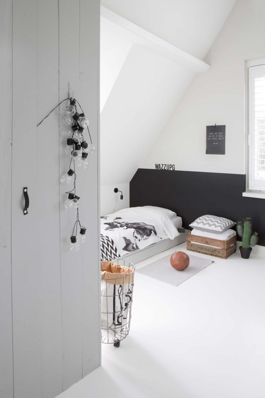 dormitorio, blanco, estilo nordico, decoracion nordica, banco, armario, madera, natural, lampara, cesta, escandinavo, interiorismo, barcelona, alquimia deco, guirnalda, luces