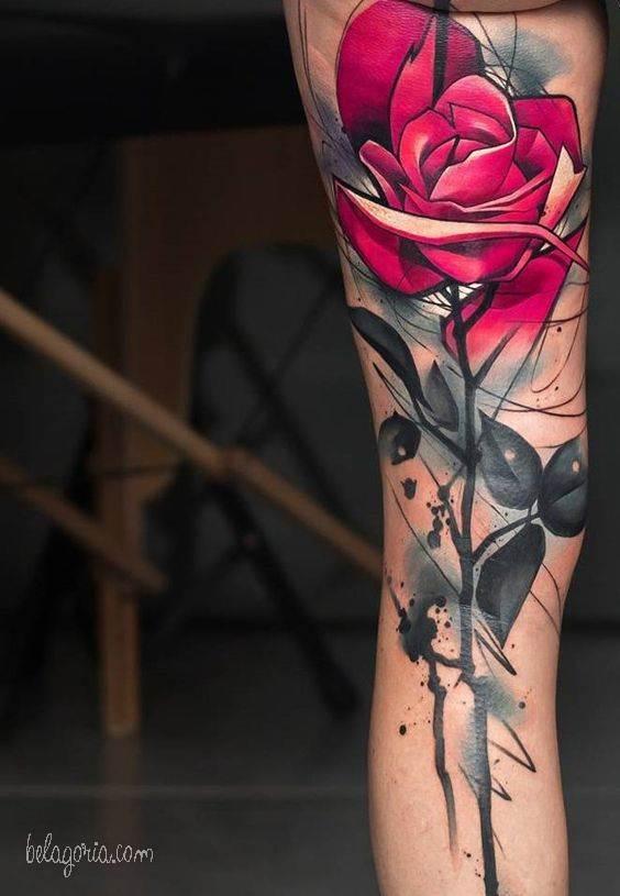 Tatuajes de rosa detrás de la rodilla