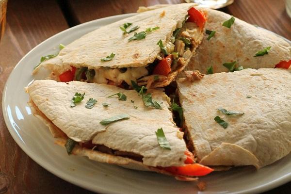 Quesadillas με κοτόπουλο και πιπεριές
