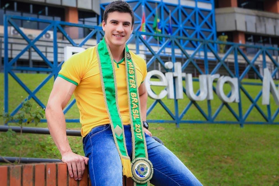 Mister Brasil Bruno Poczinek faz ensaio em clima de Copa. Foto: Wagner Vieira