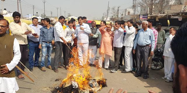 रामदेव के खिलाफ भड़के ब्राह्मण, पतंजलि स्टोर में ताला डाला | MP NEWS