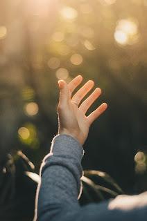 mână ridicată spre cer - foto de Dev Benjamin - unsplash.com