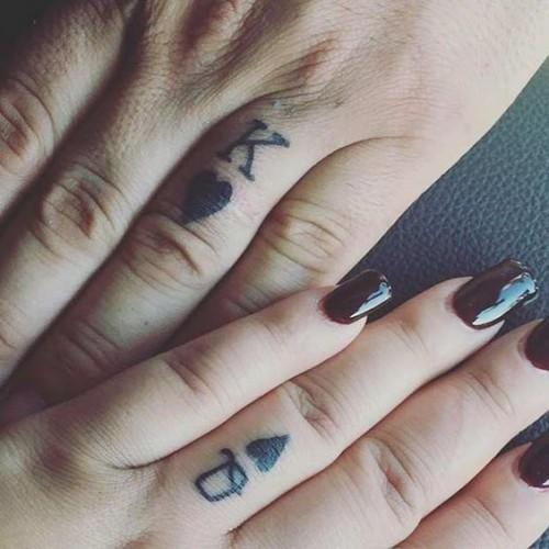 Yüzük parmağı sevgili dövmesi