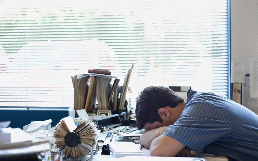 Το πρωινό ξύπνημα και η δουλειά πριν από τις 10 π.μ. ισοδυναμεί με βασανιστήριο λένε οι επιστήμονες