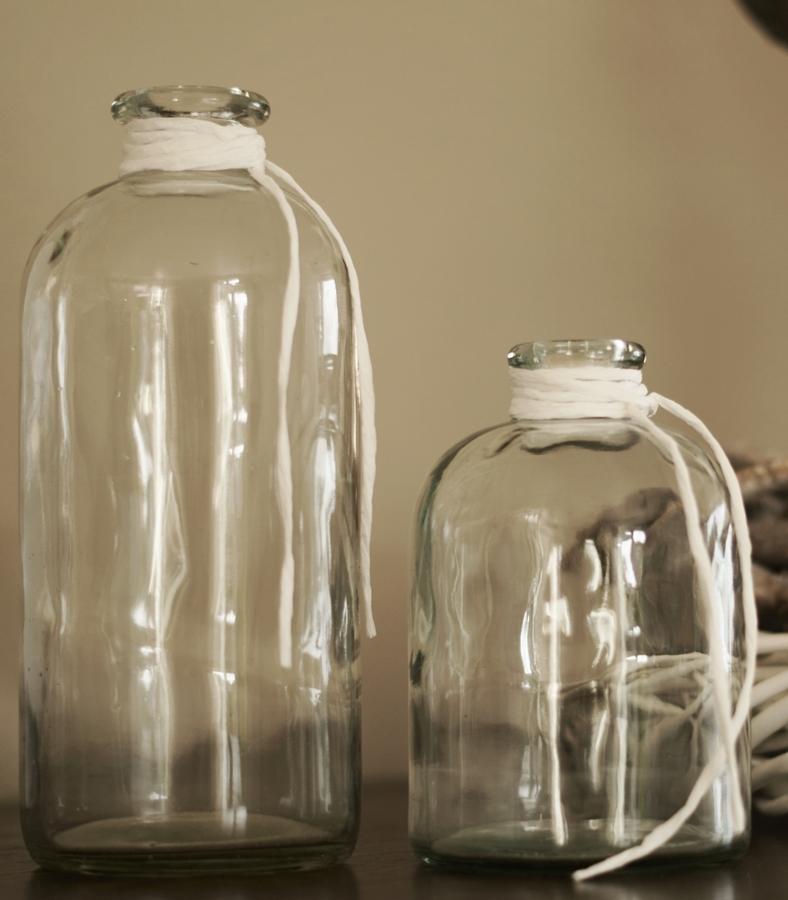 Blog + Fotografie by it's me! - Mein Shelfie Februar - Glasvasen mit weißen Bastbändern
