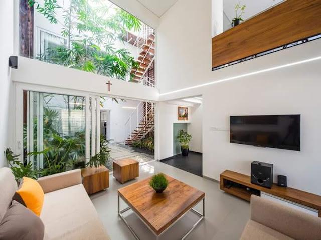 Contoh terbaik teras belakang rumah minimalis dengan kaca besar